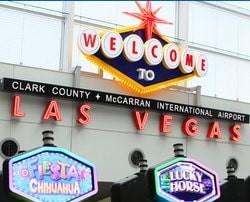 Une voyageuse a gagne a une machine a sous de l'Aeroport Mc Carran de Las Vegas en attendant son vol