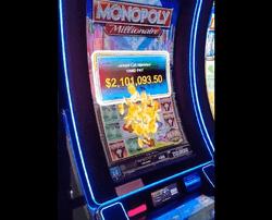 Un touriste décroche le jackpot sur la machine a sous Monopoly Millionnaire du Cosmopolitan Casino de Vegas