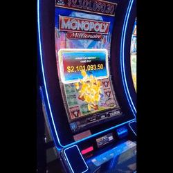 Turis mendapatkan jackpot di mesin slot Millionaire Monopoly di Cosmopolitan Casino di Vegas